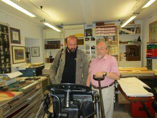 Davide Rondoni e josef Weiss  con la macchina da stampa