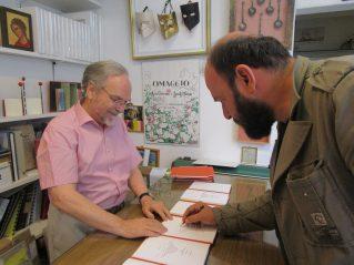 Davide Rondoni durante la firma del libro d'arte